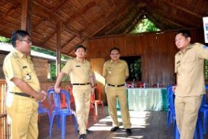 Wawali Bitung saat mengunjungi salah satu objek wisata didampingi Sekkot Bitung Audy Pabgemanan dan Kadis PU Bitung Ruddy Theno