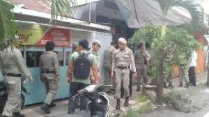 Sat Pol PP Minsel saat turun langsung di kompleks pasa Amurang dalam rangka menyampaikan larangan berjualan di trotoar kepada warga