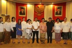 Foto bersama Ketua Presidium Nasional KPP RI, Gusti Kanjeng Ratu Hemas, Ketua DRPD Sulut Andrey Angouw, Sekdaprov Sulut Edwin Silangen, dan pengurus KPP Sulut