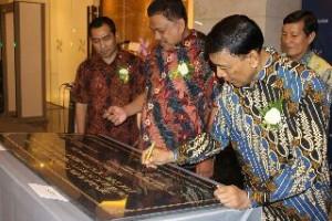 Menkopolhukam RI Wiranto, didampingi Gubernur Sulut Olly Dondokambey, ketika menandatangani prasasti peresmian Hotel Four Points by Sheraton Manado