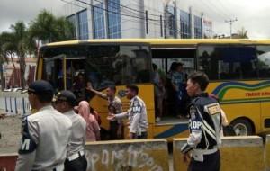 Berita Foto: Angkot di Manado Mogok, Truk Polisi Angkut Penumpang