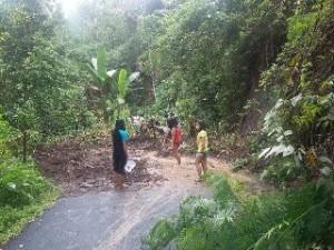 Salah satu longsor di ruas jalan Pinapalangkow-Kapoya-Pinamorongan (foto: Facebook)