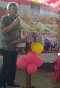 Wabup Minsel Frangky Wongkar saat menyampaikan sambutan di perayaan HUT ke 32  Desa Kotamenara
