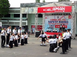 SMA Kristen 2 Binsus sementara memperagakan Lomba Yel-Yel Safety Riding