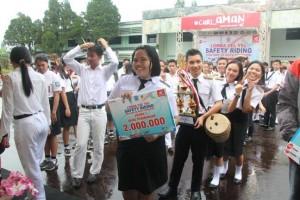 SMA Kristen 2 Binsus menerima hadiah pertama juara Lomba Yel-Yel Safety Riding