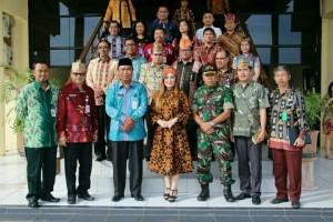 Wawali dan rombongan foto bersama Pemkot Palangkaraya