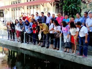 Melepas bibit ikan di kolam kompleks Fakultas Ekonomi Unsrat