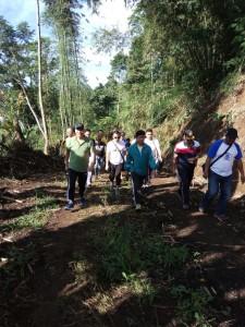 Wali Kota Eman saat meninjau lokasi ruas jalan jalan alternatif Tomohon-Manado