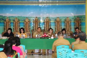 Ketua Umum Panitia didampingi para Ketua saat memimpin rapat