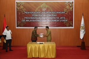 Wali Kota Jimmy F Eman SE Ak menyerahkan LKP kepada Kepala BPK-RI Perwakilan Sulawesi Utara