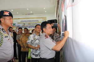 Kapolda Sulut mendukung Ir Joko Widodo sebagai Bapak Kerukunan Bangsa lewat tanda tangan deklarasi
