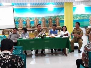 Ketua Umum HUT ke-55 Pria/Kaum Bapa GMIM Jimmy F Eman SE Ak memimpin rapat panitia