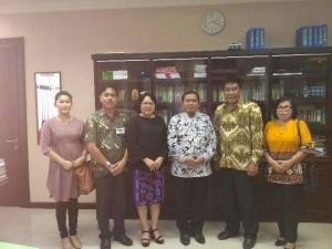 Sekretaris Menag, Ketua FKUB Tomohon, Kaban Kesbangpol dan Kepala Kemenag Tomohon usai penyerahan dokumen