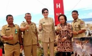 Bupati dan Ketua DPRD Jenny Johana Tumbuan berkunjung ke Pantai Kelurahan Ranoiapo bersama Rombongan, meninjau pembangunan tembok pemecah ombak di pesisir Pantai