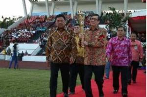 Mentri Hukum dan HAM dan Gubernur Sulut memasang Api Paskah