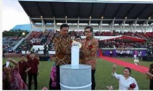 Mentri Hukum dan HAM dan Gubernur Sulut saat memasang Api Paskah