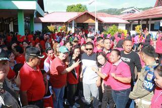 Bupati James Sumendap saat berbaur dengan masyarakat Belang untuk foto bersama saat saat jalan sehat Pemkab Mitra yang dilaksanakan di Kecamatan Belang