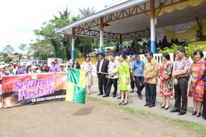 Wakil Wali Kota Tomohon Syerly Adelyn Sompotan melepas peserta Pawai Paskah