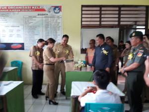 Wali Kota, Wakil Wali Kota Tomohon, Wakil Ketua DPRD membuka naskah UN  di SMP Kristen Tomohon