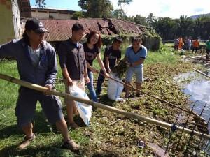 Para Jurnalis Independen Tomohin sementara mengangkat sampah dari Danau Sineleyan