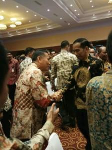 Wali Kota Jimmy F Eman SE Ak bersalaman dengan Presiden Joko Widodo