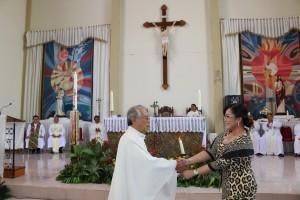 SAS menyerahkan bantuan Untuk Gereja St Maria Ratu Damai
