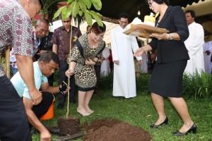 Penanaman pohon oleh Wakil Wali Kota Tomohon