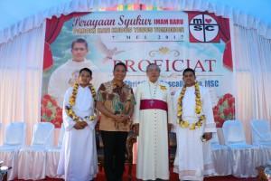 Wali Kota Tomohon bersama Uskup Manado dan Dua Pastor
