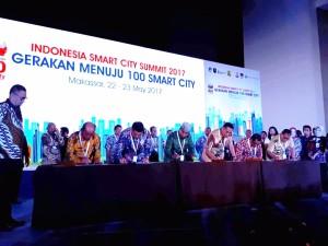 Wali Kota Tomohon saat menandatangani MoU Smart City di Makassar
