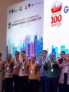Wali Kota Tomohon bersama kepala daerah lainnya yang menandatangani MoU Smart City