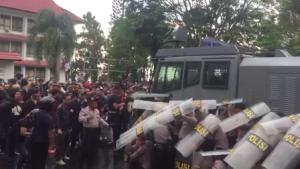 bentrokan massa dan polisi