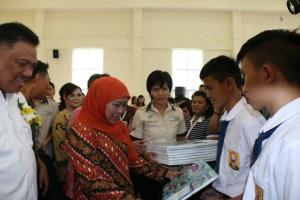 Mensos menyerahkan bantuan PKH di Kota Tomohon
