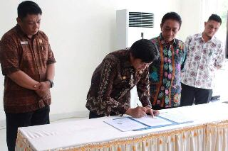 Sekkot Bitung saat menandatangani serah Terima Barang dan Perlengkapan di Kantor Administrator Kawasan Ekonomi Khusus (KEK) Kota Bitung.(foto :ist)