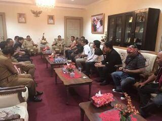 Pertemuan perwakilan massa dengan Gubernur Olly Dondokambey dan Wakil Gubernur Steven Kandouw di ruang kerja gubernur Sulut