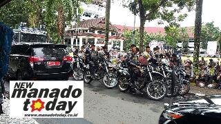 Aparat kepolisian yang berjaga di pintu masuk dan halaman kantor gubernur Sulut