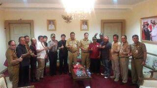 Gubernur Olly Dondokambey dan Wakil Gubernur Steven Kandouw, ketika menerima perwakilan massa aksi demo depan kantor gubernur Sulut