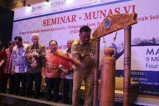 Gubernur Sulut Olly Dondokambey, ketika membuka Musyawarah Nasional VI Forum Komunikasi Dewan Komisaris/Pengawas Bank Pembangunan Daerah Seluruh Indonesia (FKDK/P BPD-SI), yang digelar di Hotel Four Points Manado