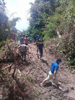 Longsor di ruas jalan antara Desa Tambelang dan desa Mokobang belum lama ini (foto ist)