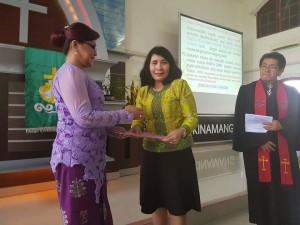 SAS menerima SK dan tugas sebagai Ketua Umum Panitia Konven Pelsus Perempuan GMIM