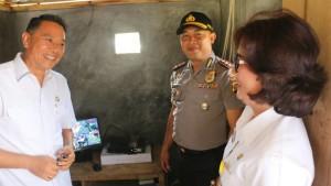 Wali Kota, Kapolres saat meninjau pemasangan CCTV di Kelurahan Tara-tara