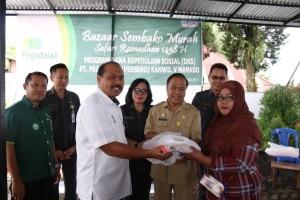 Pimpinan PT Pegadaian Wilayah V Manado dan jajaran Pemkot Tomohon di Bazzar Ramadhan