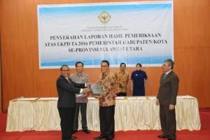 Wali Kota Tomohon saat menerima LHP Pengelolaan Keuangan Tahun 2016 dari BPK-RI