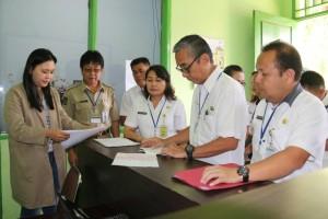 Kepala Dinas Tenaga Kerja Tomohon Jeane Bolang SH turun langsung mengecek penyaluran THR di perusahaan-perusahaan