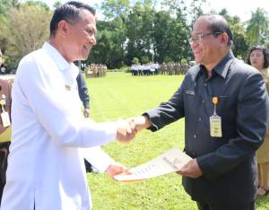 Wali Kota menyerahkan SK Kenaikan Pangkat kepada Sekretaris Kota