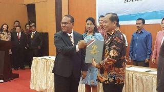Walikota Max Lomban saat menerima opini WTP yang diserahkan Auditor Utama KN VI BPK-RI, Sjarifudin Mosii SE MM