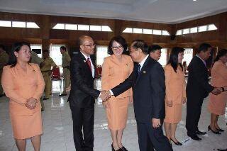 Walikota Bitung Max Lomban saat memberikan ucapan selamat kepada para pejabat yang baru dilantik