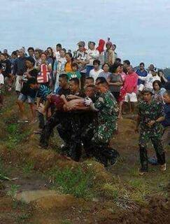 Korban yang ditemukan tewas, kemudian digotong oleh TNI untuk kemudian dibawa ke RS Kalooran Amurang. (ist)