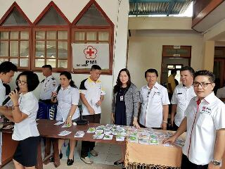 Ketua PMI Minsel dr Michaela Elsiana Paruntu MARS (tengah) dan pengurus PMI Minsel lainnya saat pengobatan gratis di Desa Pontak Kecamatan Ranoiapo, Rabu (7/6/2017)
