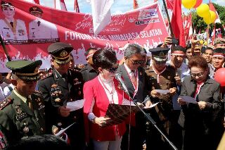 Bupati CEP saat membacakan ikrar Pemerintah dan Masyarakat Minsel mempertahankan Pancasila, UUD 1945, NKRI dan Bhineka Tunggal Ika, saat upacara hari lahir Pancasila, Kamis (1/6/2017)
