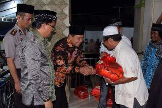 Walikota max Lomban, saat menyerahkan bantuan kejemaah Masjid At-Taubah Kelurahan Manembo-nembo. (ist)